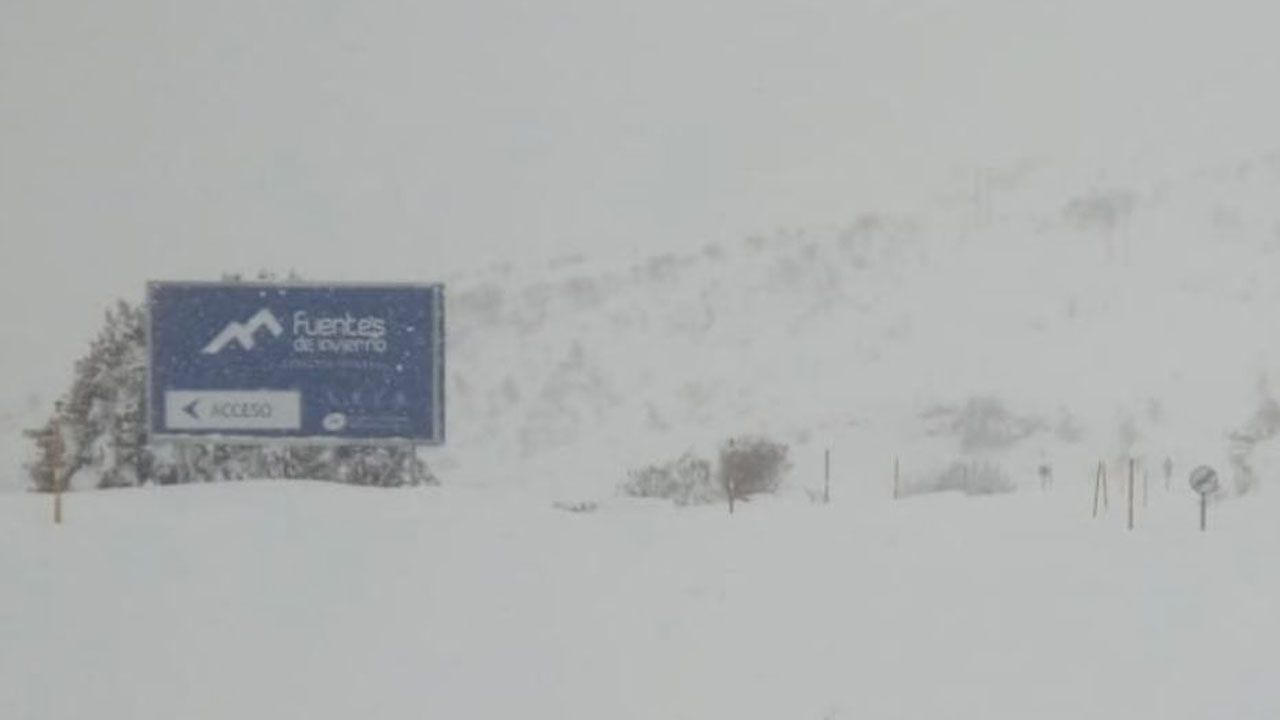 Primer día de la temporada en Manzaneda.La estación Fuentes de Invierno rodeada de nieve