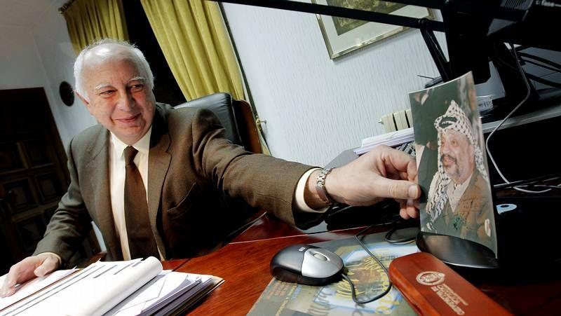 <span lang= es-es >Sin traumas</span>. Meilán nunca dejó de viajar en avión. En la imagen, abajo, sentado, acompaña a Adolfo Suárez en la visita que el presidente hizo a Betanzos en 1979.