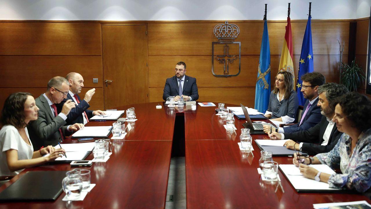Afectados por la modificación del pacto de contratación del Sespa. El presidente del Principado de Asturias, Adrián Barbón (c), preside este miércoles la reunión del Consejo de Gobierno del Principado