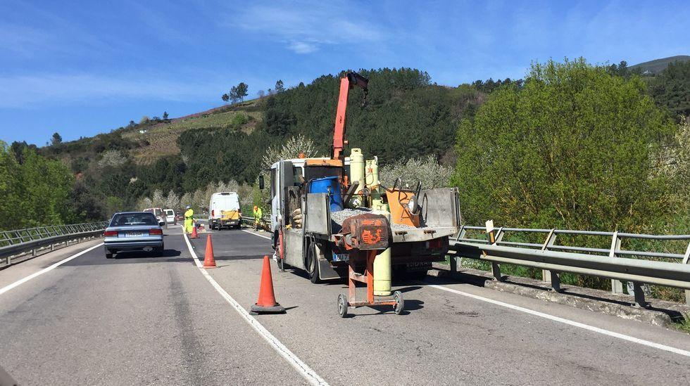 n120.Obras en Valdeorras. Los operarios trabajan estos días en reparar las juntas de dilatación de los puentes que hay en la N-120 en A Rúa.