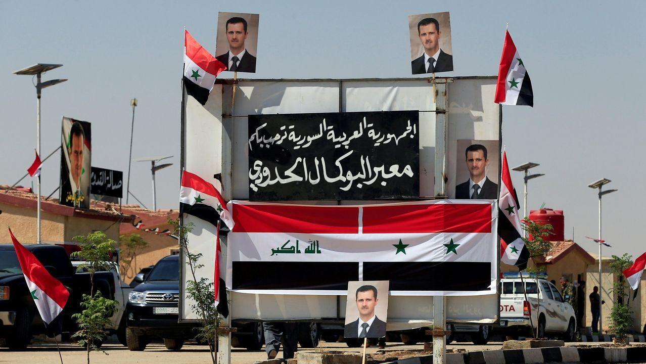 Carteles de Al Asad en un puesto de control en la frontera entre Siria e Irak