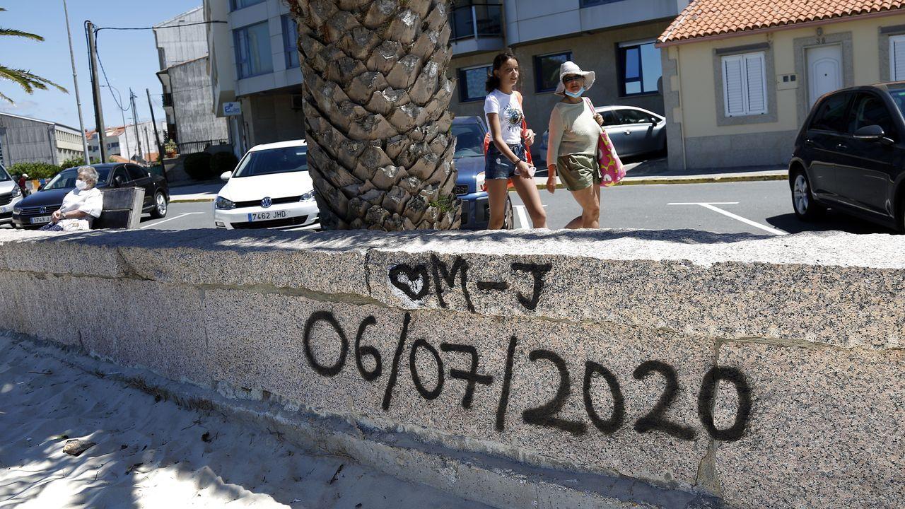 Una pintada, en el mismo punto de la playa de Coira en el que la pandilla de amigos de los ocupantes del kayak se juntaban siempre, recuerda a Miguel Quan y a Javier Hurtado