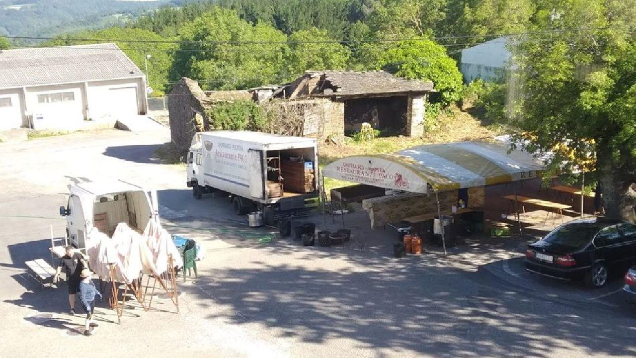 Instalación de puestos de pulpo para la feria que se celebró este viernes en O Incio