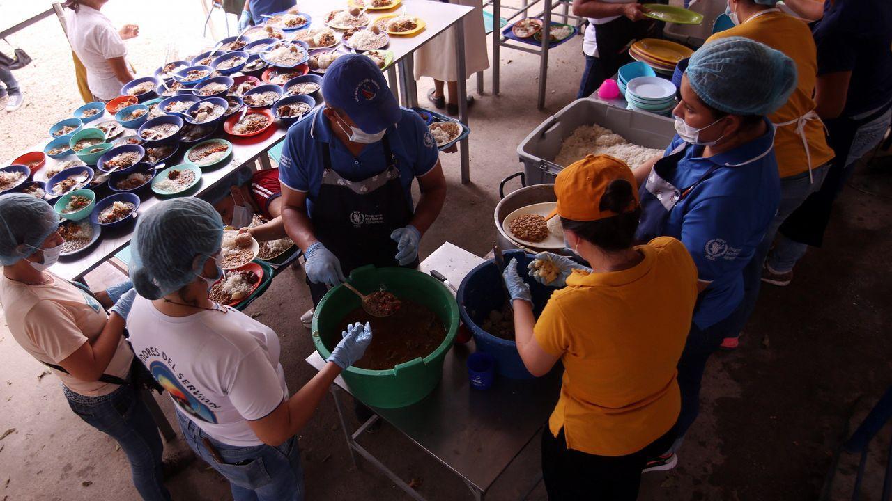 Ciudadanos venezolanos cruzan a diario la frontera entre su país y Colombia para recibir una ración de comida en el comedor Divina Providencia de Cúculta