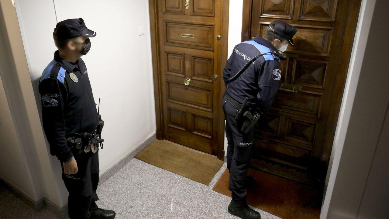 Una patrulla de la Policía Local acude a un piso en el que se ha denunciado la organización de una fiesta