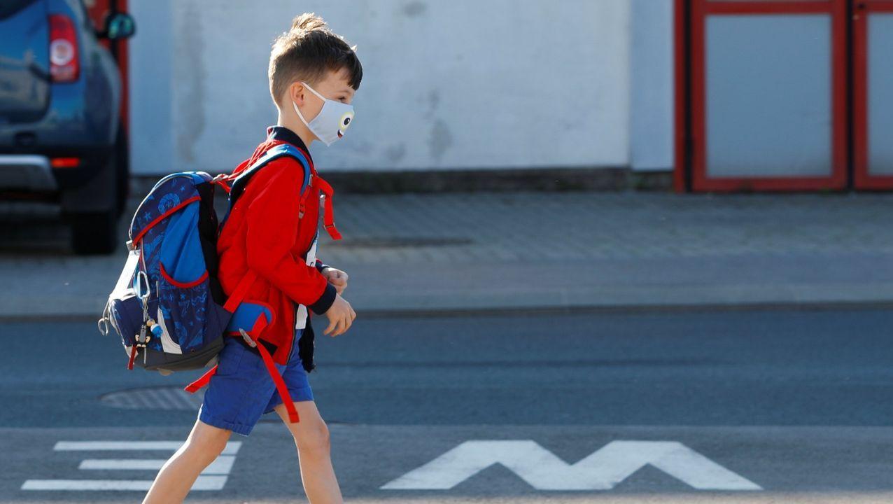 Un niño, con una mascarilla, llega al colegio en Austria
