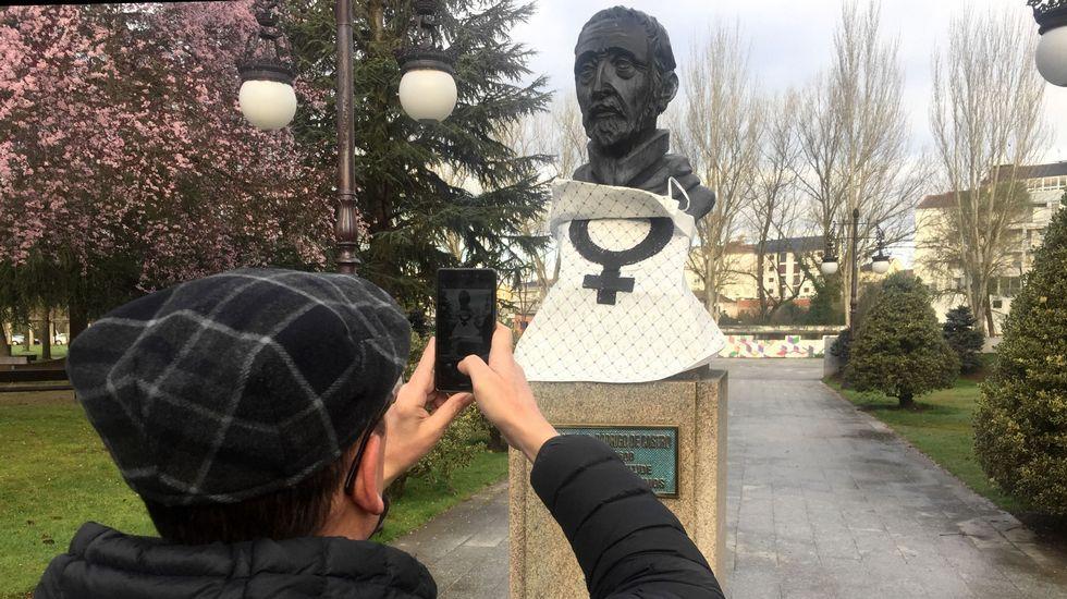 El busto del Cardenal Rodrigo de Castro en el Parque dos Condes de Monforte, con un mandil con el símbolo feminista