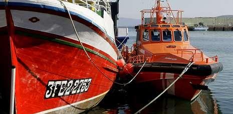 Los marineros fueron rescatados por la «Salvamar Alioth», que los trasladó al puerto de Burela .