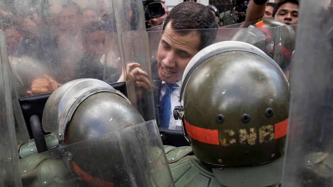 Guaidó se enfrenta a dos agentes de la Guardia Nacional Bolivariana que le impedían el paso a la Asamblea Nacional