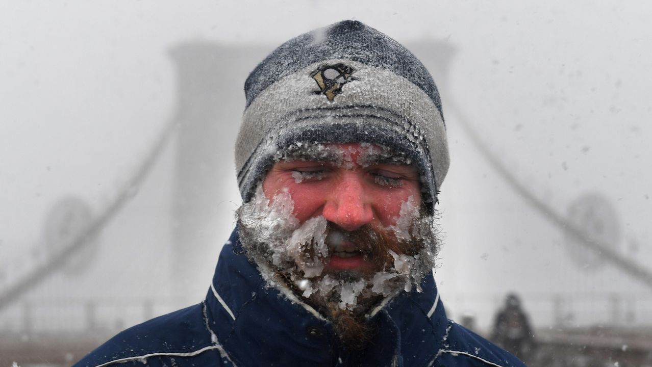 Un hombre con la barba congelada