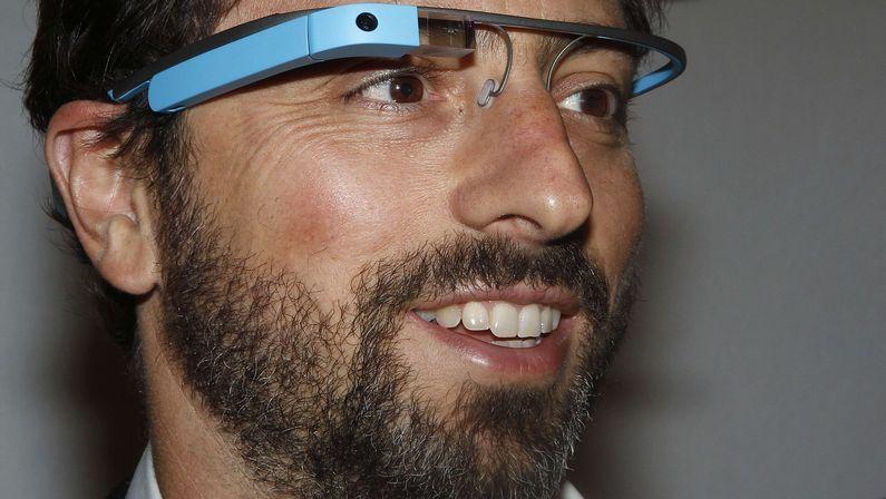 Las increíbles Hololens de Microsoft.Un usuario prueba las Google Glass, cuyo menú se proyecta en la pantalla posterior.