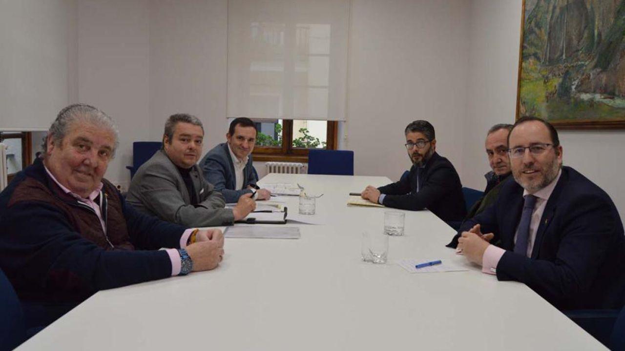 Los concejales Javier Cuesta, Mario Arias y Gerardo Antuña se reúnen con representantes de la asociación «Trubia se Mueve»