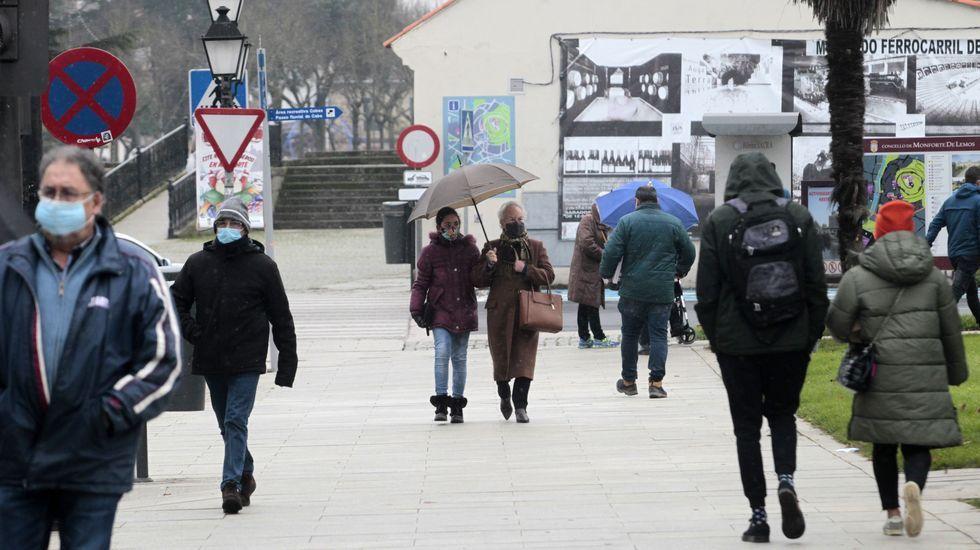 Transeúntes con mascarilla en una calle de Monforte, en una fotografía de hace unos días