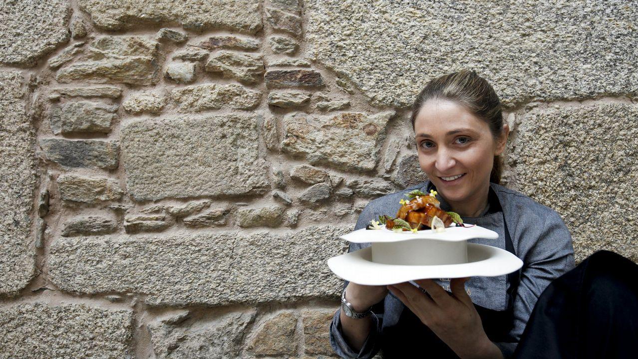 Berasategui y David de Jorge invitan a comer en el restaurante de prácticas del Carlos Oroza.Lucía Freitas, en su restaurante A Tafona (Santiago)