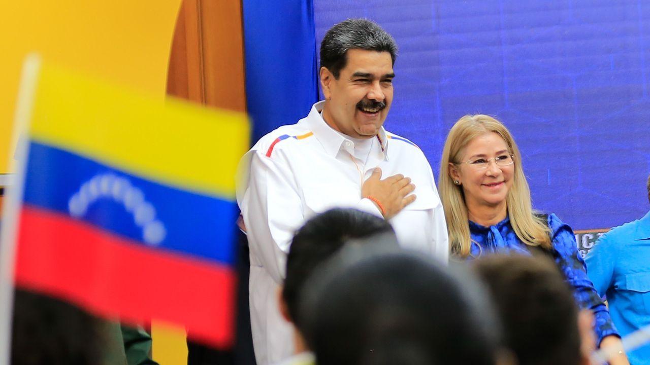 Nicolás Maduro, junto a la primera dama, Cilia Flores, encabezando un acto por el inicio del año académico universitario el martes, en Caracas (Venezuela)
