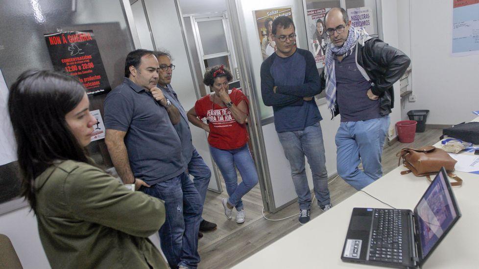Siguiendo los resultados en la sede de Izquierda Unida en Ferrol.