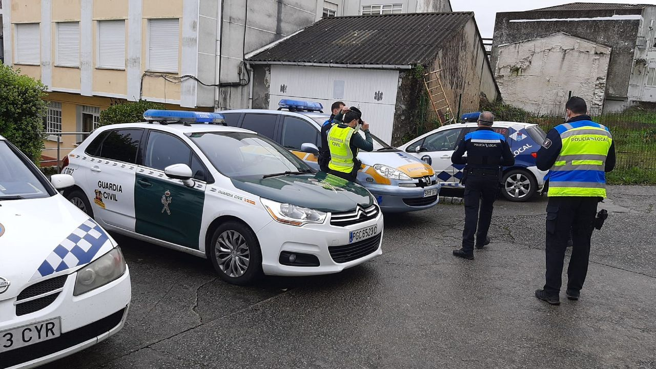 Policías locales de Ares y Mugardos, preparando con un control conjunto con la Guardia Civil