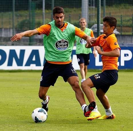 Juan Domínguez disputa un balón con Dani Iglesias en un entrenamiento en Abegondo.