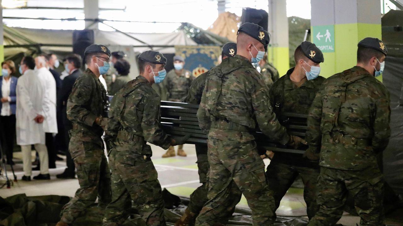 Soldados del regimiento de infantería número 3 de la Brigada Galicia con base en Cabo Noval durante el repliegue parcial de la estación de triaje instalada por el ejército en uno de los aparcamientos del Hospital Universitario Central de Asturias (HUCA)