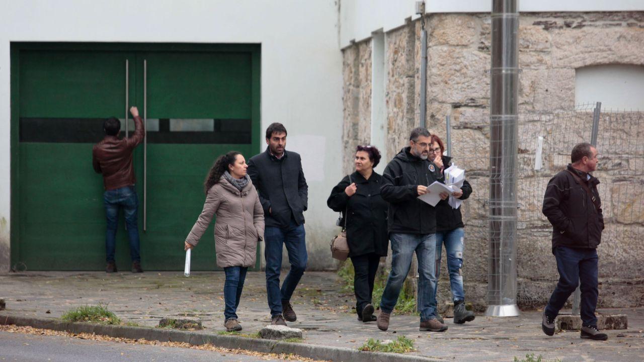 Un grupo de miembros de Adega, de la Confederación Hidrográfica y del concello, entre ellos el edil Daniel Piñeiro, salen de visitar la Fábrica da Luz en noviembre de 2017.