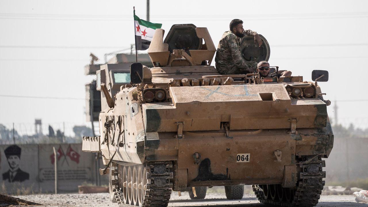 Combatientes sirios respaldados por Turquía trasladan vehículos blindados hacia la frontera siria