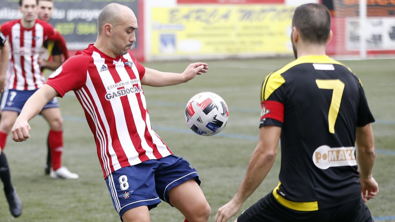 El capitán Álex Meitín intenta llevarse el balón ante dos jugadores del Silva este domingo
