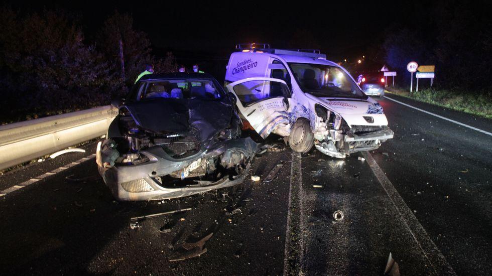La furgoneta y el turismo contra el que chocó en segundo lugar quedaron con su parte frontal seriamente dañada
