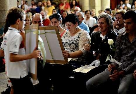 Las madres de las jóvenes recibieron retratos de sus hijas.