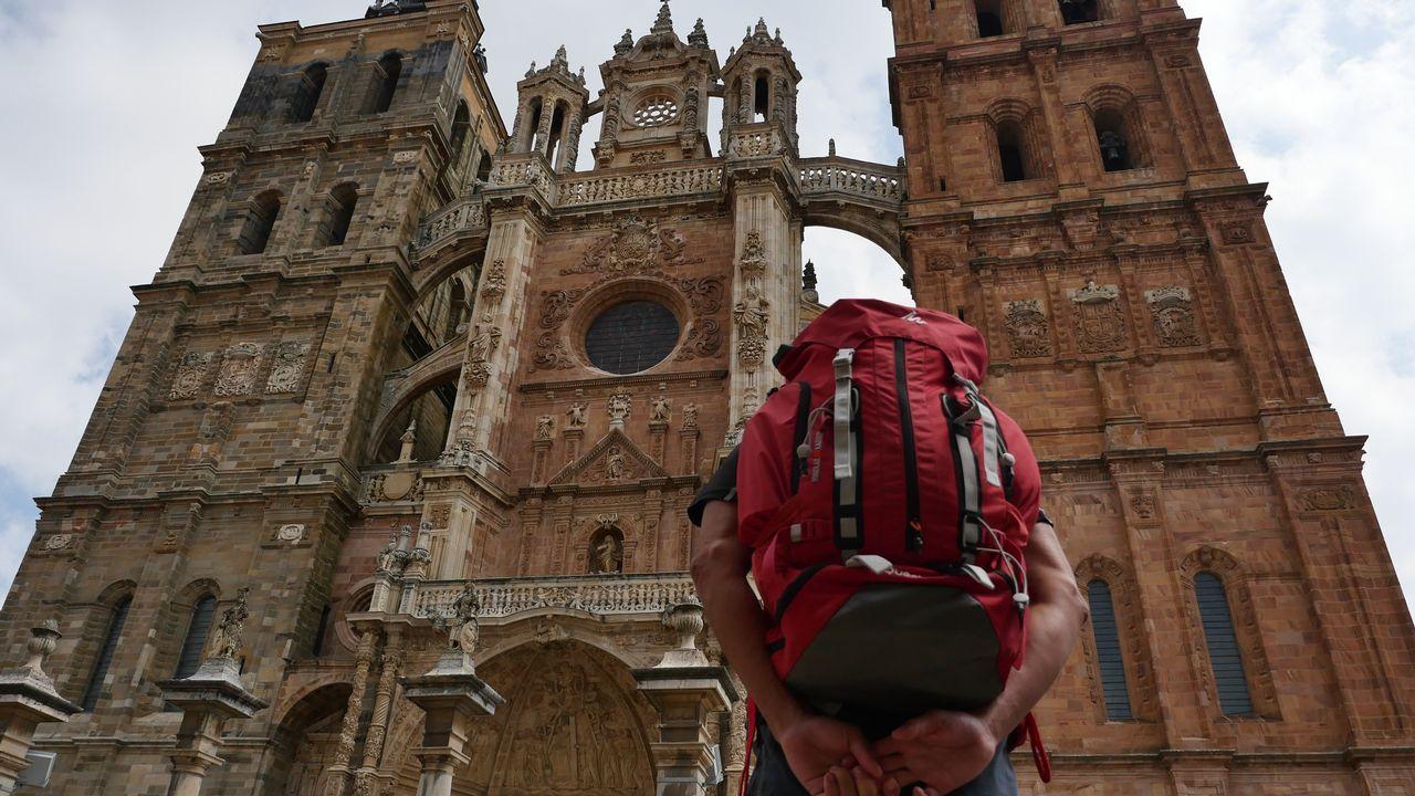 Un peregrino ante la catedral de Astorga