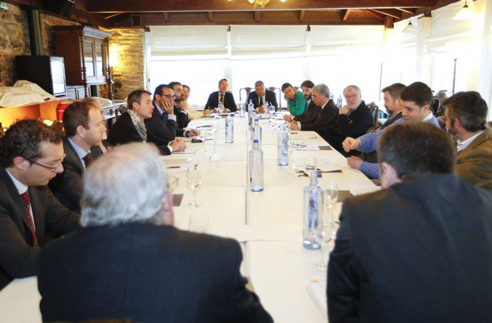 Agustín Hernández y Otero en la cabecera de la mesa junto a los directores de hotel.