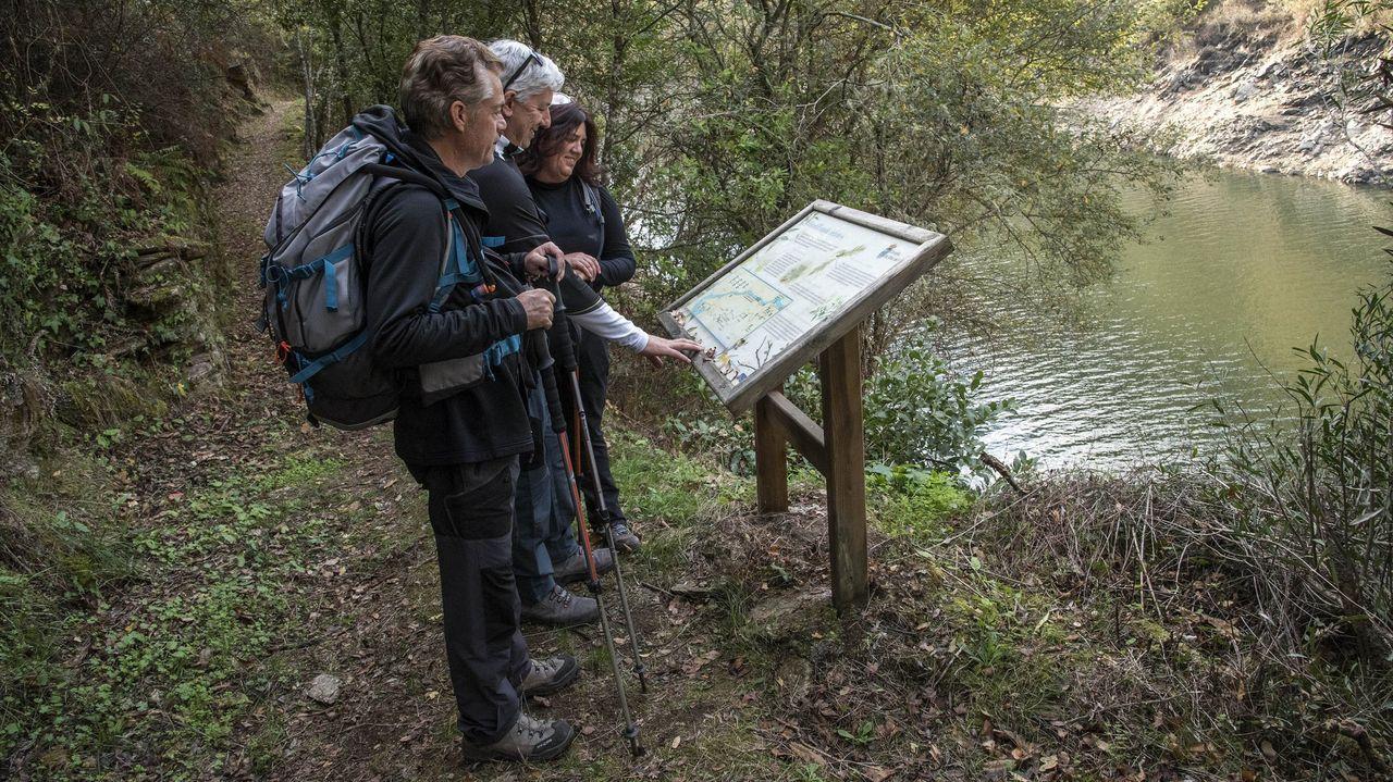 Los mapas del ECDC.Turistas consultando un panel informativo en la ruta de A Cubela, en el municipio de Ribas de Sil