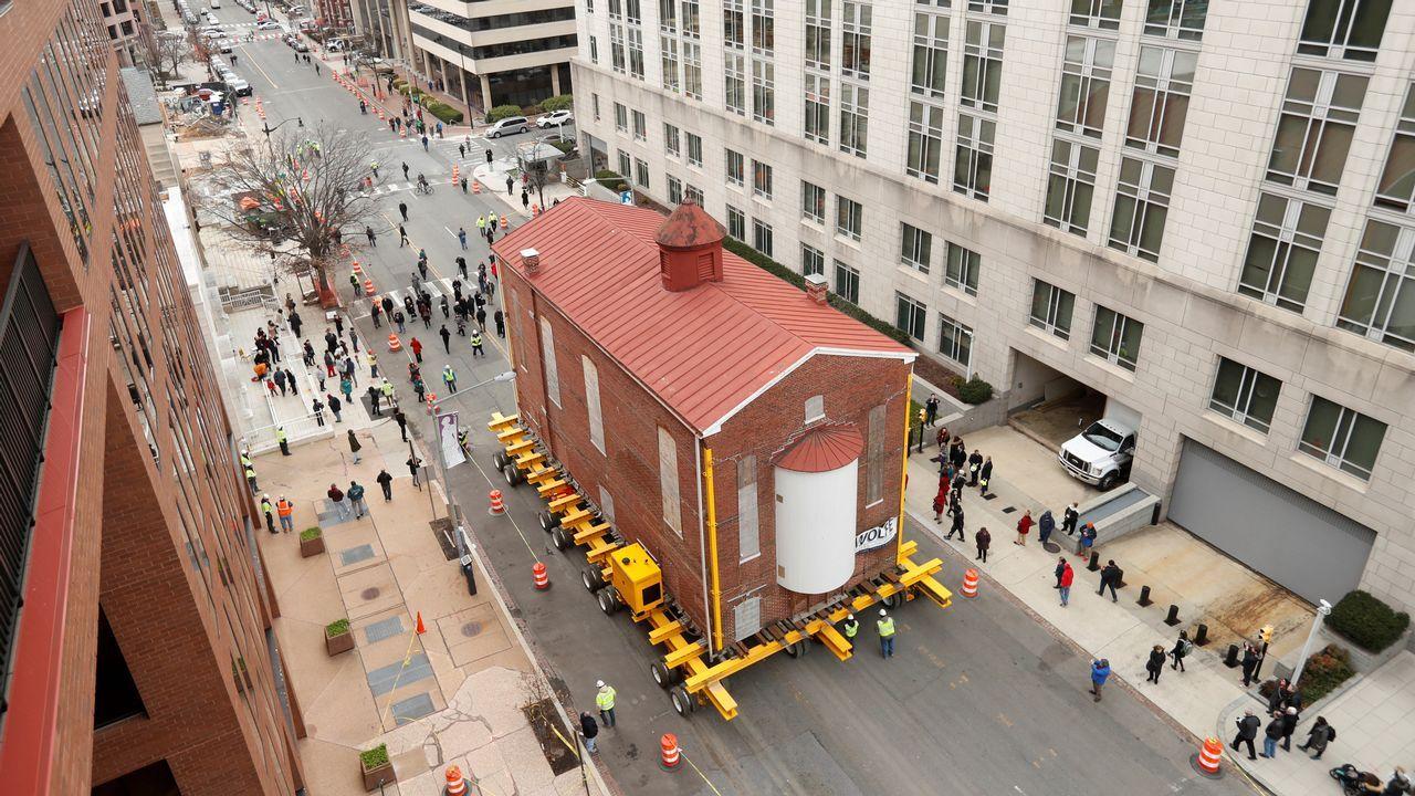 La primera y más antigua sinagoga de Washington, Adas Israel Synagogue, se traslada a través de una plataforma de control remoto a su nueva ubicación, donde se convertirá en la piedra angular del Museo Capital Judío en 3rd St. NW en Washington