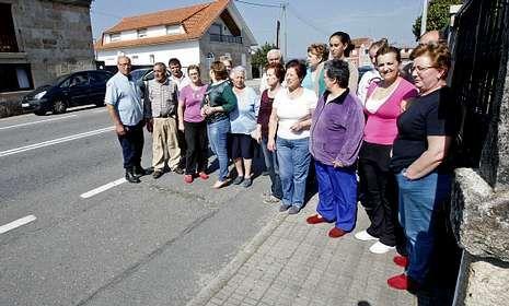 Los vecinos (en la imagen en O Pazo, Mourente) demandan desde hace tiempo el saneamiento.