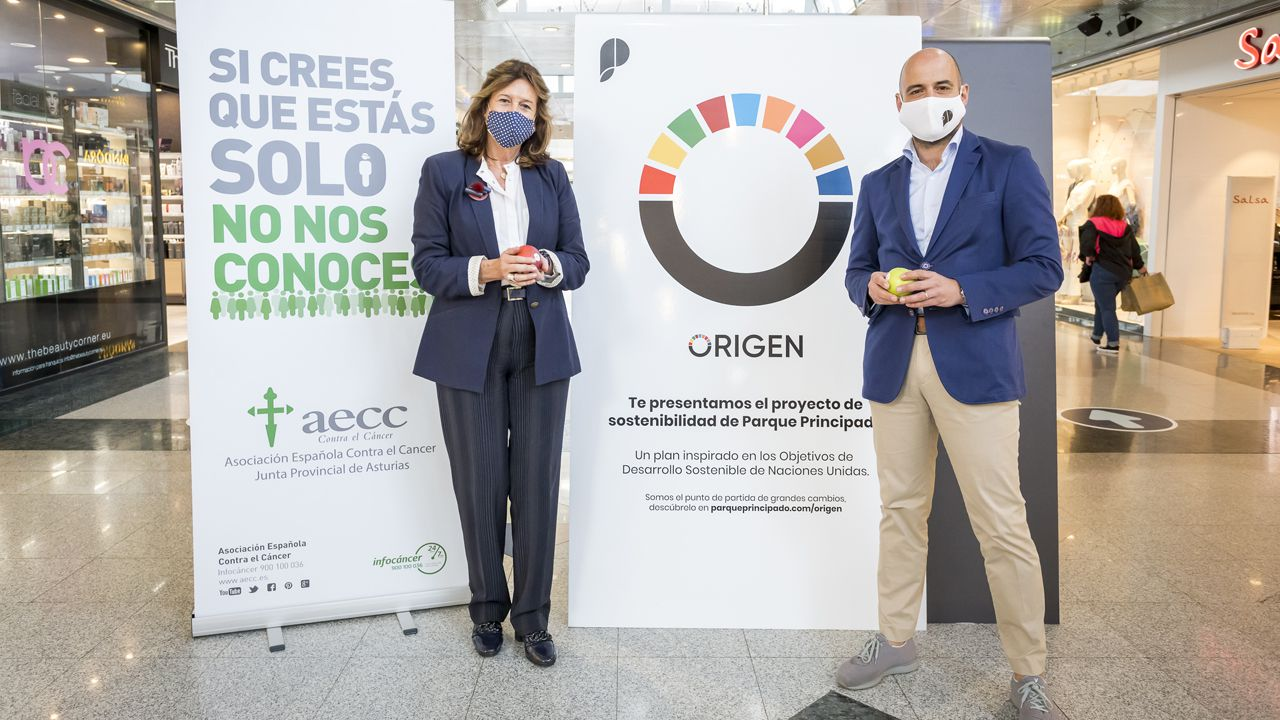 Margarita Collado, vicepresidenta de la Asociación Española contra el Cáncer (AECC) en Asturias, y Fernando García, director de Parque Principado.