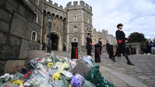 Flores con mensajes de condolencia en el exterior del Castillo de Windsor tras el fallecimiento del marido de la reina Isabel II