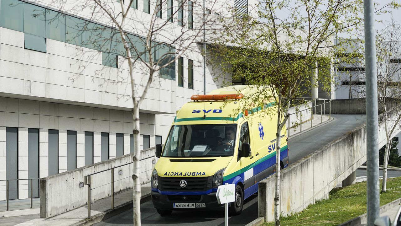 Una ambulancia en el exterior del CHUO