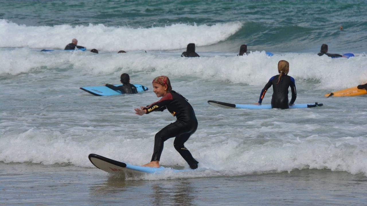La escuela de surf ¡Hola! Ola imparte clases en las playas de Peñarronda, en Castropol, y Coto, en Barreiros