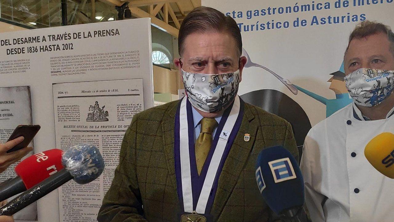 El alcalde de Oviedo, Alfredo Canteli, atiende a los medios en la Plaza de Trascorrales