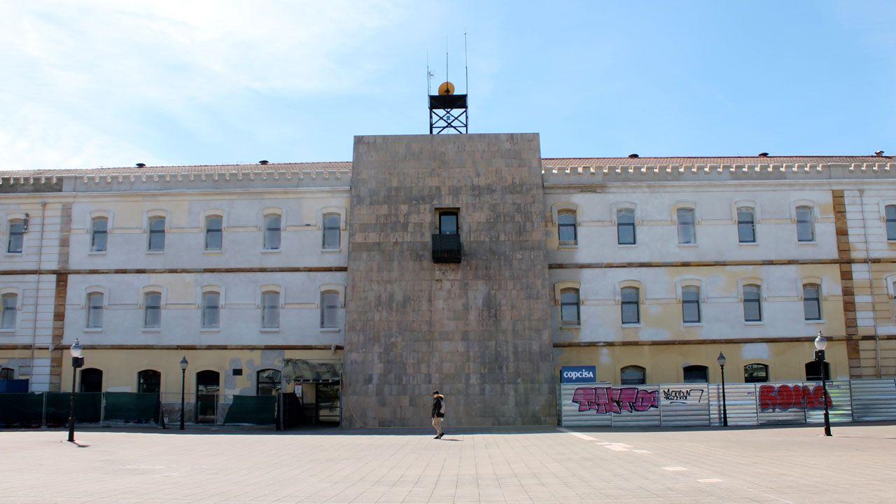 Una mujer cae a las rocas en la escalera 1 de la playa de San Lorenzo.Barrio de El Coto, en Gijón