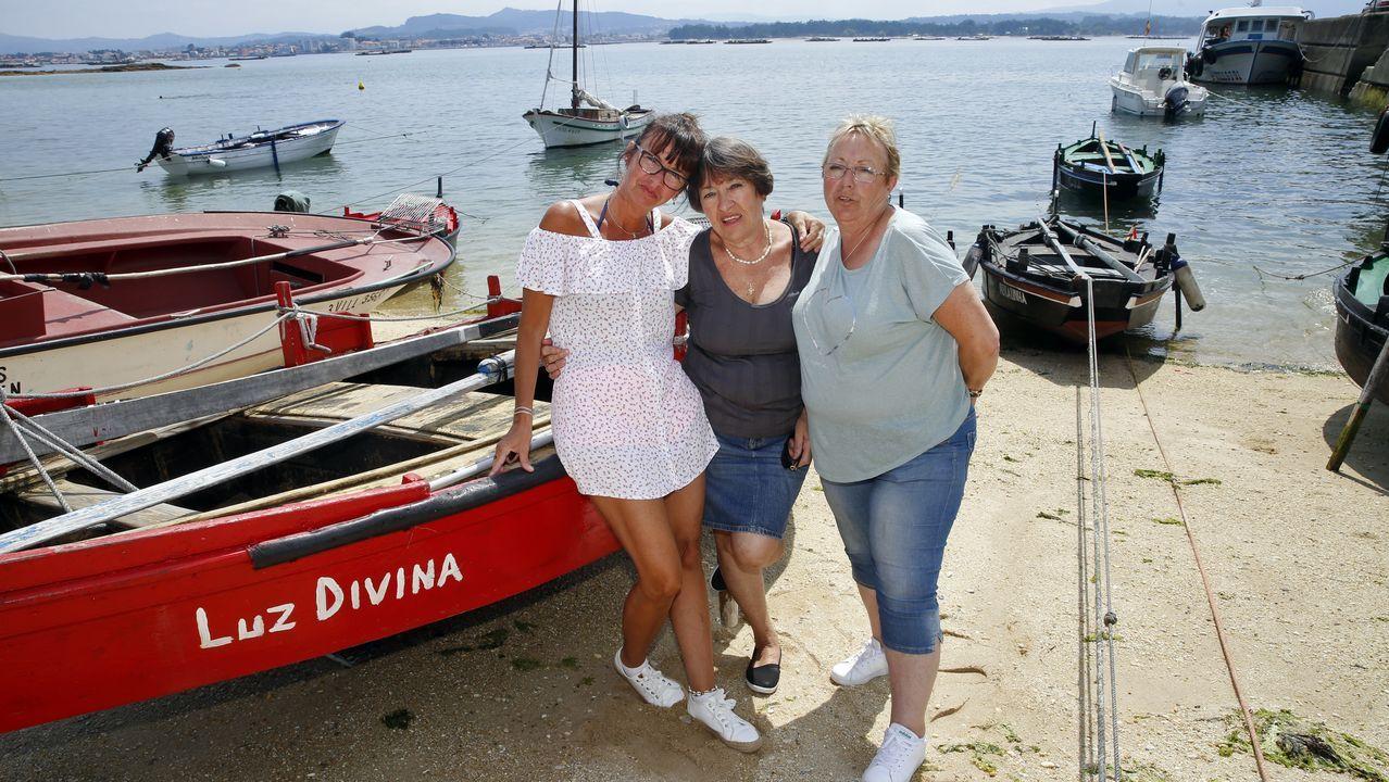 Begoña, Manuela y María José, disfrutando juntas de su localidad natal, A Illa