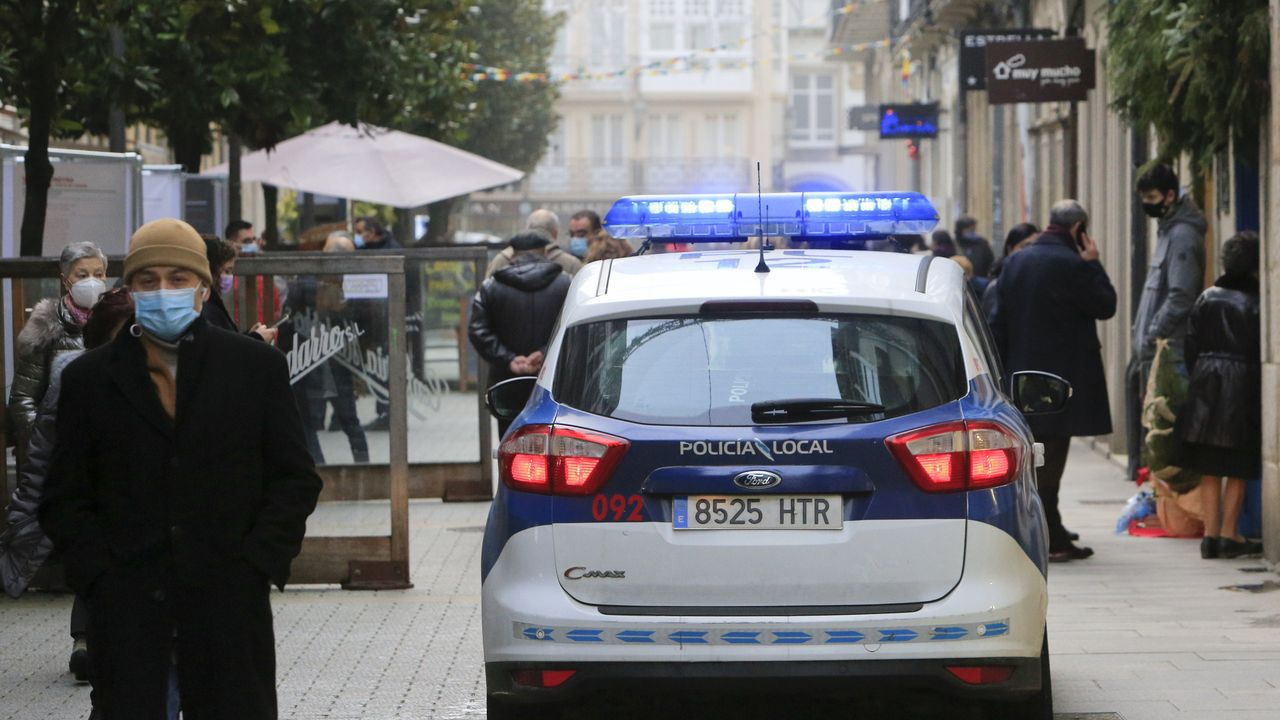La Policía Local se vio superada para disuadir a centenares de personas bebiendo en la calle.Una patrulla de la Policía Local de Lugo controlando la Rúa da Raíña
