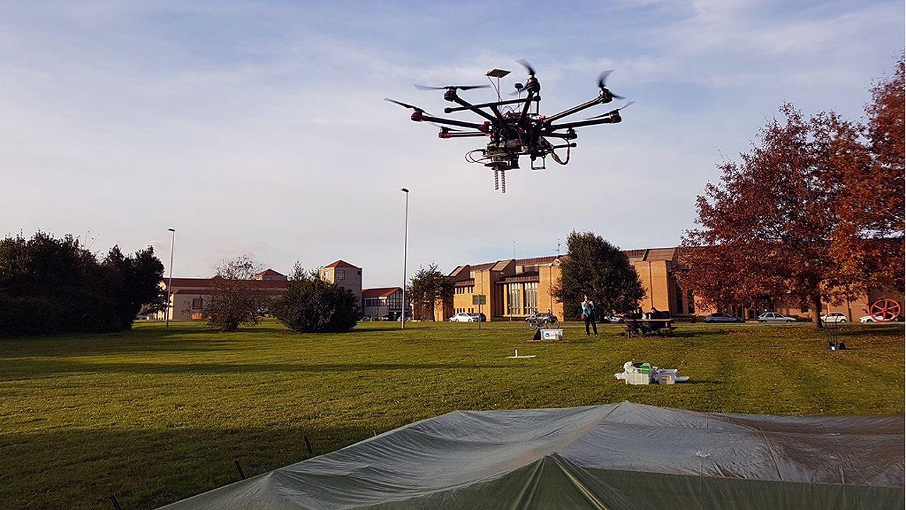 Un dron para localizar minas antipersona.Fotografia de María Vinyals, aínda moza, nos arredores do castelo