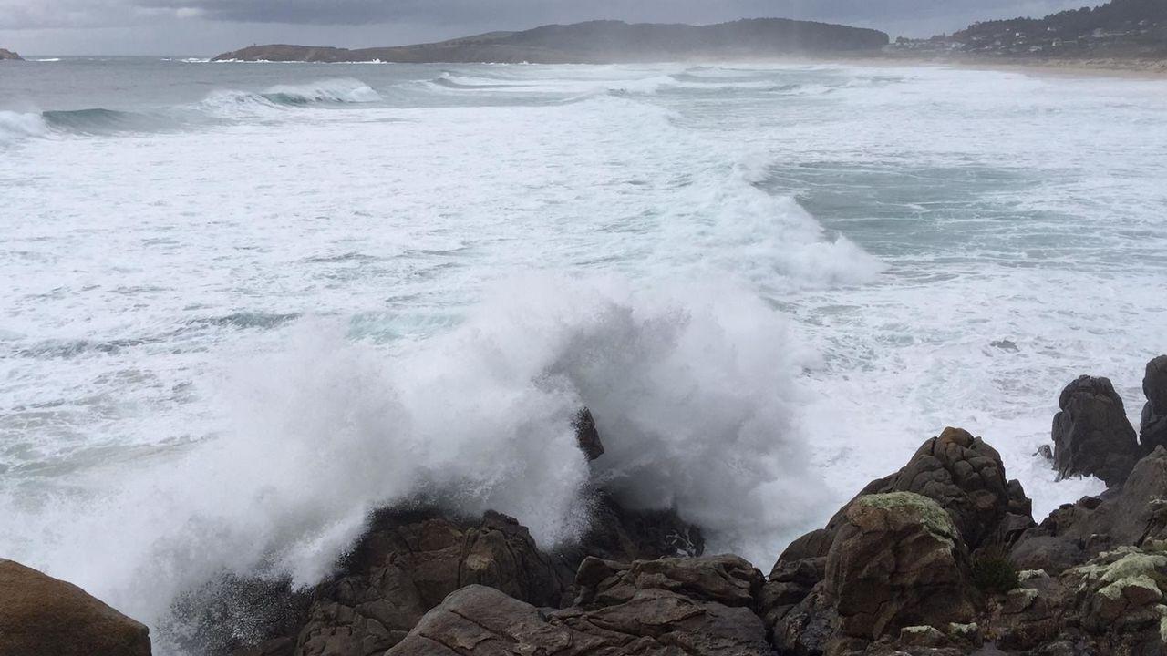 Así golpean las olas en Punta Penencia.El río Anllóns se desbordó a su paso por Carballo