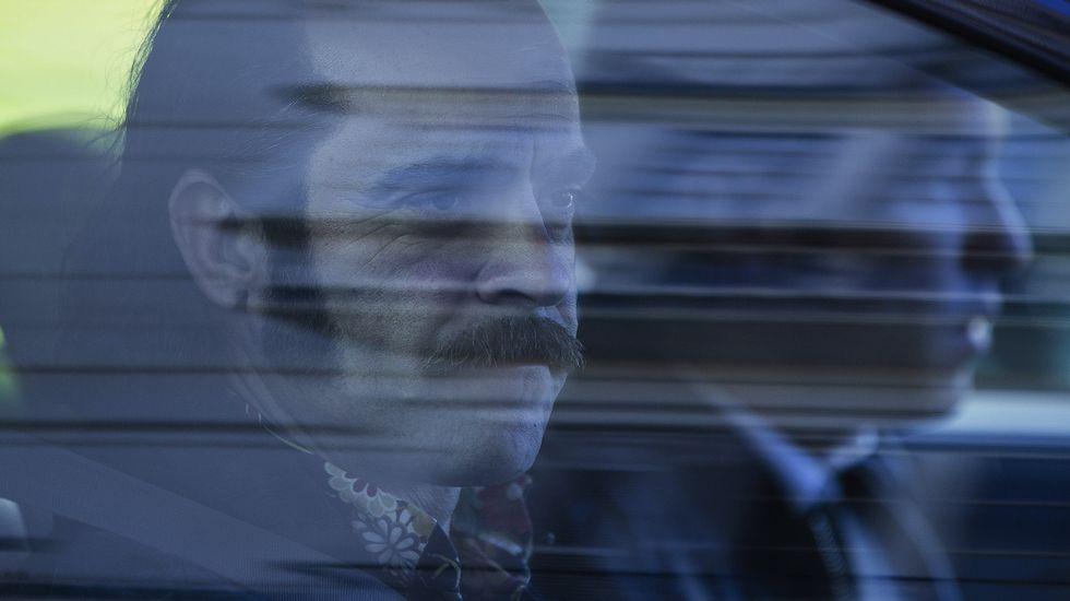 Álex de la Iglesia dirige «Mi gran noche».Los actores Luis Tosar y Mario Casas en el interior de un coche durante un descanso del rodaje de la película «Toro».