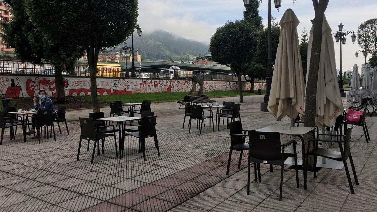 Mesas puestas en un bar de Oviedo