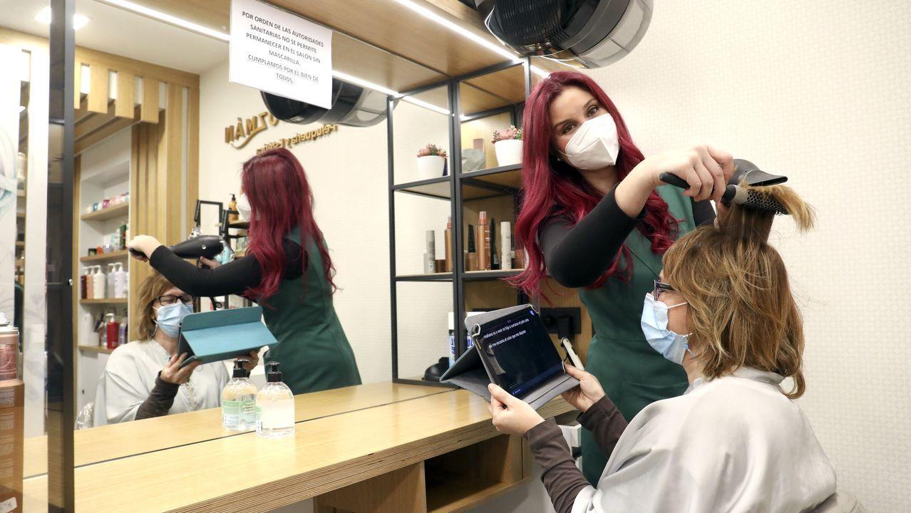 Más de diez millones de euros en Vigo con el 38341.Tras 16 años en la peluquería Begoña Guzmán, a Sara Gómez, sorda de nacimiento, las mascarillas le suponen ahora una barrera. La dueña (a la que en la imagen hace un peinado) buscó una aplicación que le facilita entender a las clientas
