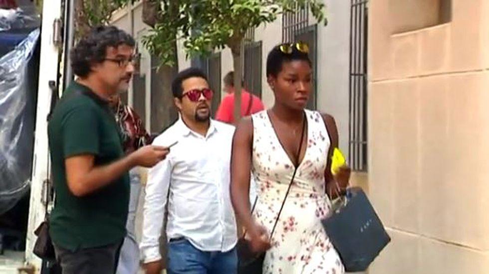 La madre propone a los padres preadoptivos poder visitar al pequeño.Noelia yAlberto, padres de acogida del pequeño.