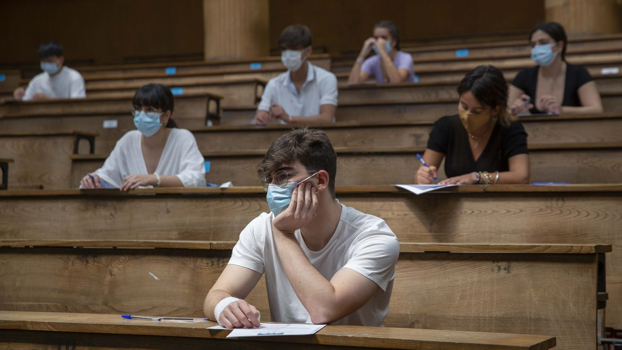 La segunda oportunidad de la EBAU en Vigo.Alumnos de selectividad en la Facultade de Química de Santiago el último día de la prueba ordinaria