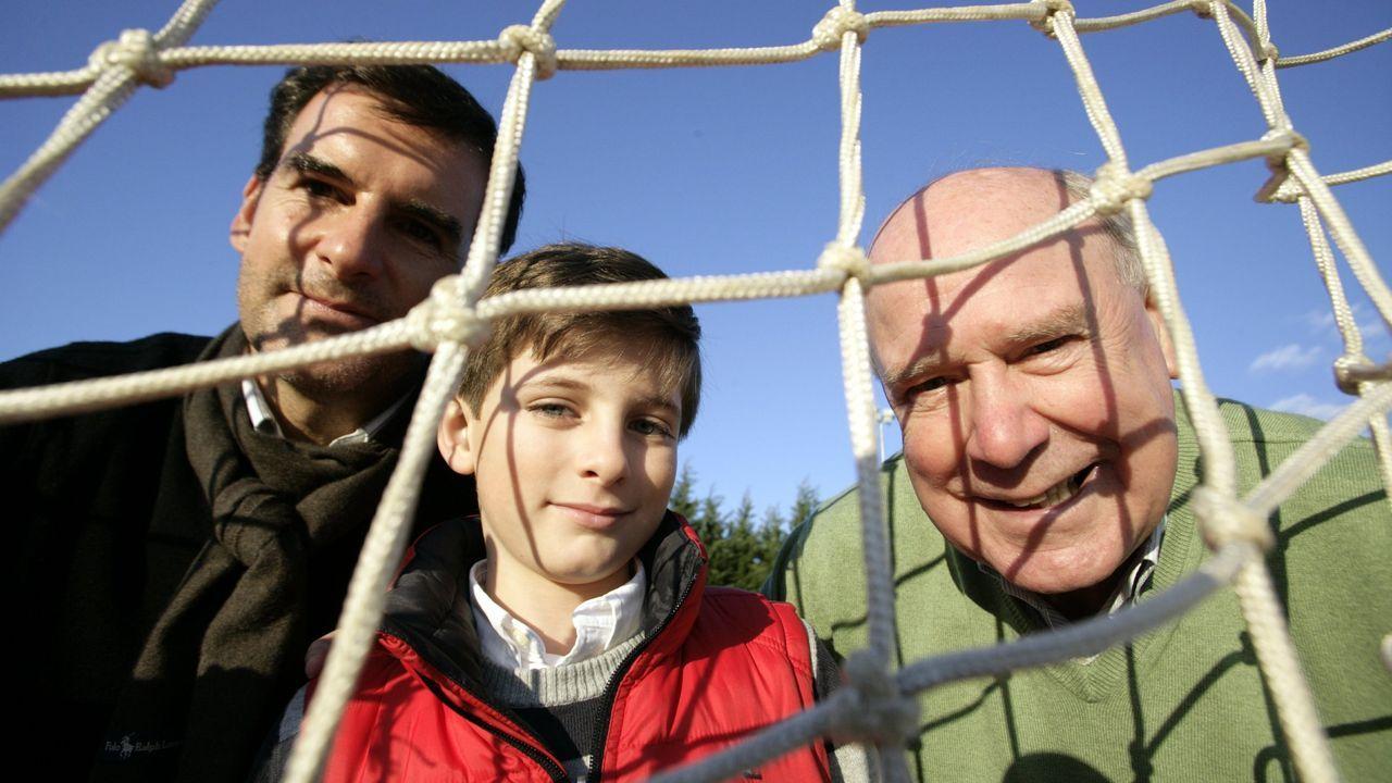 José Carlos Lariño, a la derecha, junto a su nieto y su hijo Carlos posaron para un reportaje de La Voz en las Navidades del 2009
