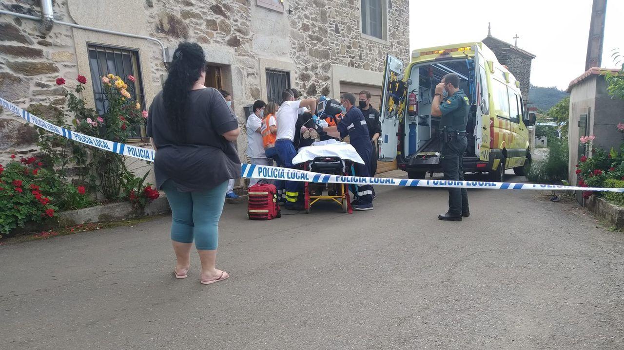 Traslado en ambulancia de la mujer acuchillada en Coristanco